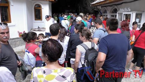 turisti pestera ialomitei