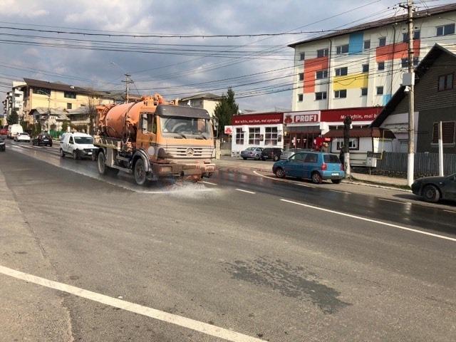 Curăţenia şi dezinfecţia cu substanţe biocide a început  şi pe străzile din oraşul Fieni .