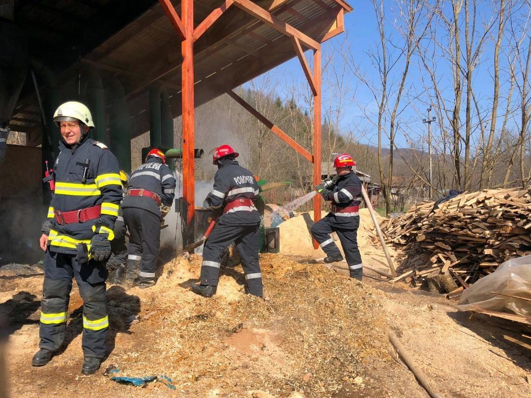 Astăzi, în jurul orei 10:30, pompierii de la Detașamentul Pucioasa au fost alertați și au intervenit pentru stingerea unui incendiu produs la o anexă a unei fabrici pentru producerea de peleți din localitatea Vulcana de Sus, comuna Vulcana Băi. La locul evenimentului salvatorii de la Detașamentul Pucioasa s-au deplasat cu două autospeciale de intervenție (ASAS).