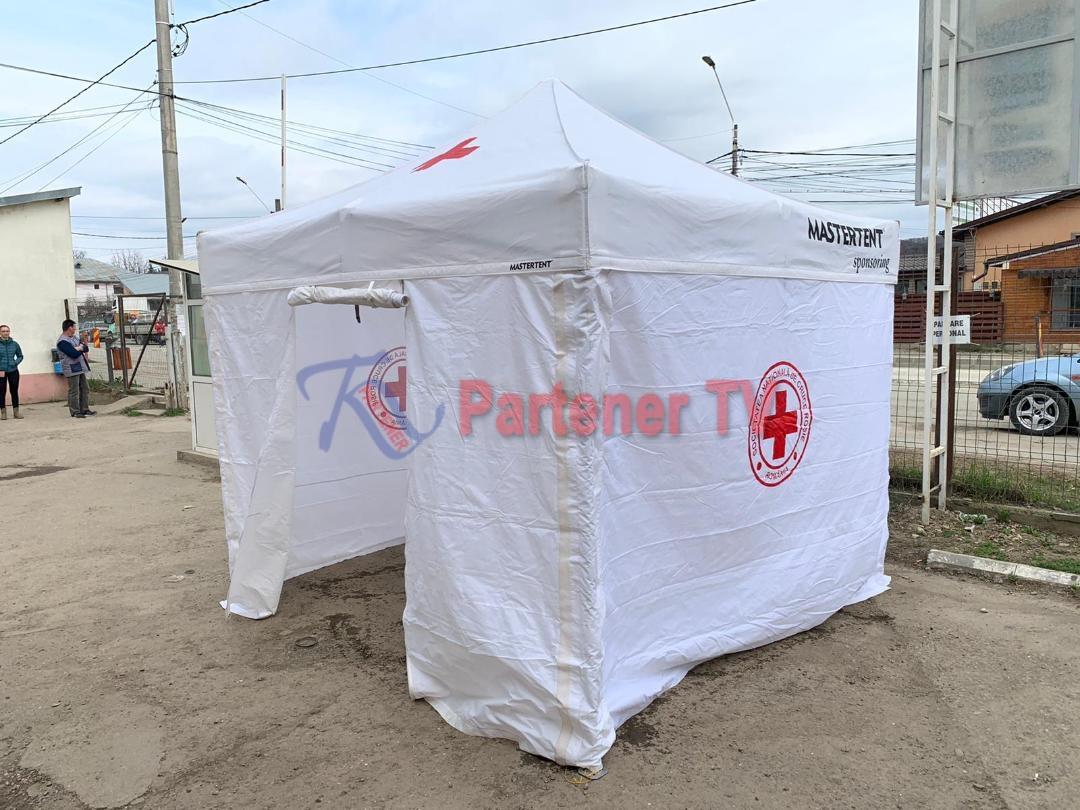 Directorul Crucii Roşii Dâmboviţa, Raul Pavelescu şi voluntarii sunt la datorie.