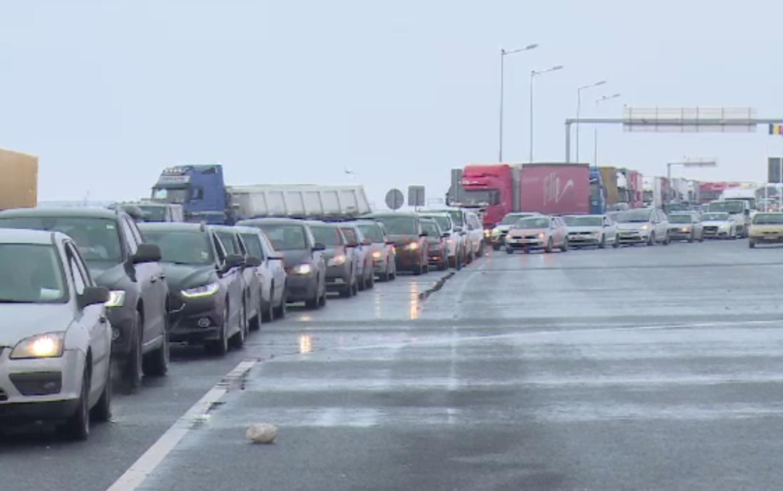 Aproximativ 3.000 de cetățeni români și străini şi aproximativ 800 de autovehicule, sosite în Punctul de Trecere a Frontierei Nădlac II.