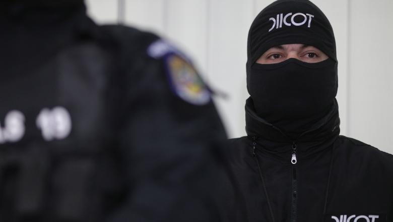 La data de 05.05.2020, procurorii Direcției de Investigare a Infracțiunilor de Criminalitate Organizată și Terorism – Structura Centrală au dispus reținerea pe o perioadă de 24 de ore a inculpaților T.C.O. și B.V., pentru săvârșirea infracțiunilor de constituire a unui grup infracțional organizat, complicitate la proxenetism, spălare a banilor și complicitate la spălare a banilor.