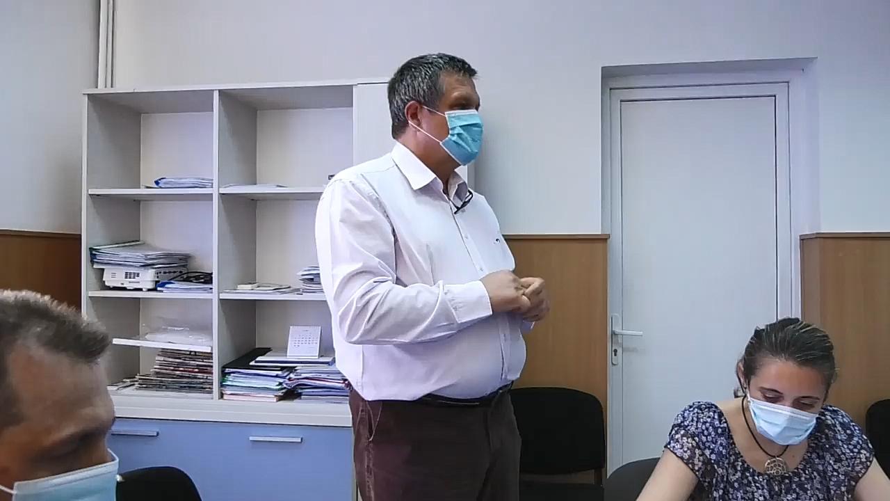Conf.univ.dr.Laurențiu Belușică a fost prezentat de către primarul orașului Găești, Gheorghe Grigore, într-un cadru restrâns cu medicii de la Spitalul Găești, păstrându-se măsurile ce se impun în starea de alertă COVID-19.