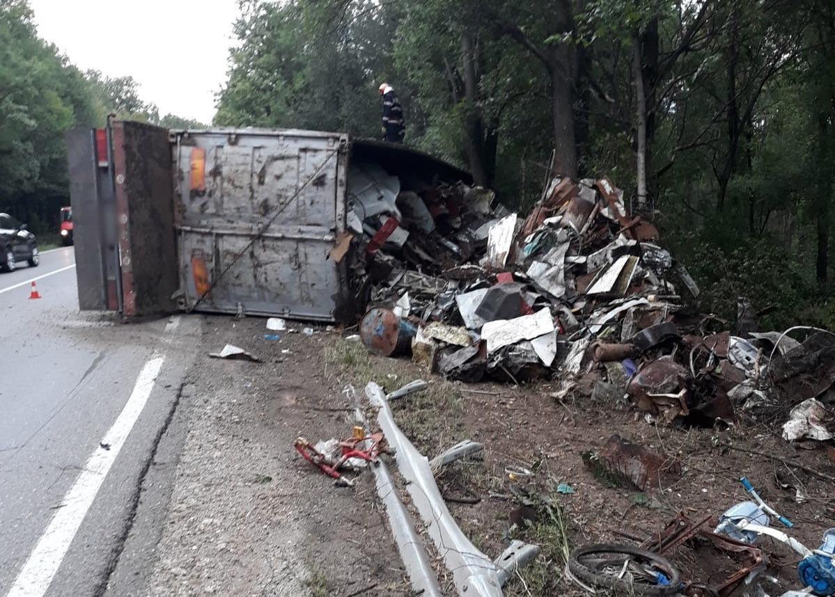 În această seară, în jurul orei 20:00, pompierii de la Detașamentul Găești au fost solicitați și au intervenit pe DN-72, în localitatea Dragodana, pentru asigurarea zonei în urma producerii unui accident rutier (un autocamion încărcat cu fier vechi răsturnat pe partea dreaptă a drumului).