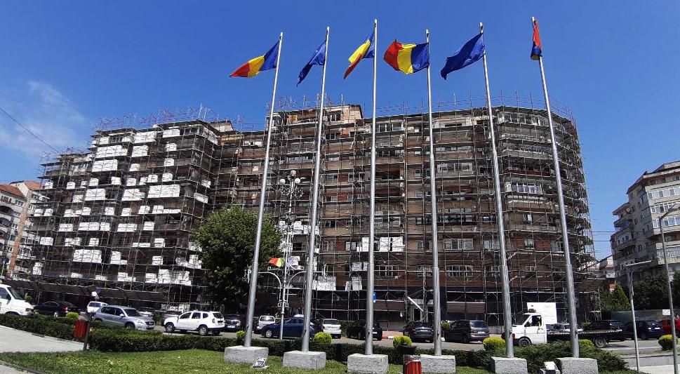 """- """"Eficientizarea energetică prin reabilitarea şi consolidarea clădirilor rezidenţiale din Municipiul Târgovişte / Pachet I.1"""", pentru 6 componente, respectiv blocurile D1, D2, D3, D4, 5A, 5B, investiție în valoare totală de 7.288.477,82 lei;"""